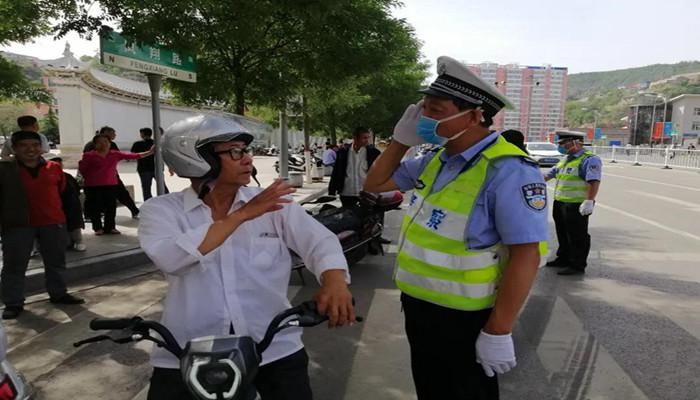 乡宁交警开始严查骑摩托未佩戴头盔行为