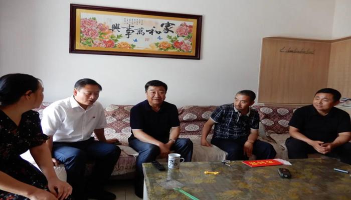 乡宁县委常委、副县长郭玉龙在西坡镇慰问老党员
