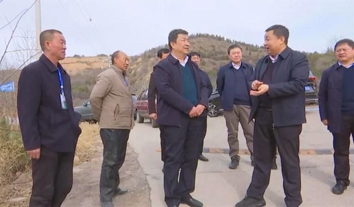 乡宁县委常委、政府副县长郭玉龙在西坡镇调研护林防火工作